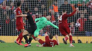 Le milieu de terrain de l'Atletico de Madrid, Marcos Llorente, trompe la vigilance du gardien de but de Liverpool, ce 11 mars 2020, en huitième de finale retour de la Ligue des champions.