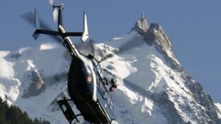Вертолет жандармерии у горной вершины Aiguille du Midi, 2008 г.