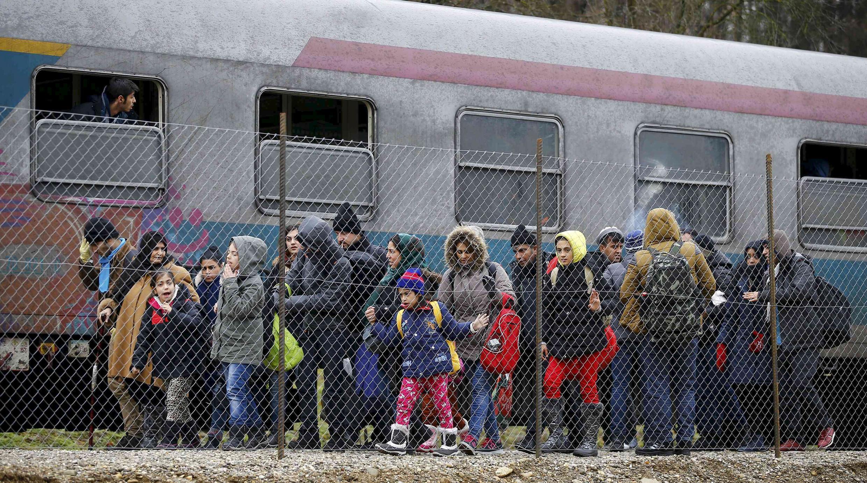 Migrantes clandestinos na fronteira da Eslovênia tentando entrar na Áustria : rota foi completamente fechada.