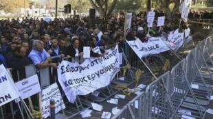 Manifestation contre la privatisation de plusieurs entreprises publiques à Nicosie, le 27 février 2014.