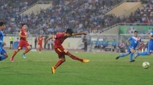 Cầu thủ Vũ Minh Tuấn ghi bàn cho đội tuyển Việt Nam trong trận gặp Philippines trên sân Mỹ Đình (Hà Nội) ngày 28/11/2014, trong khuôn khổ Cúp AFF Suzuki 2014.