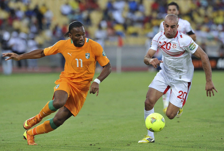 Côte d'Ivoire's Didier Drogba (L) challenges Tunisia's Aymen Abdennour, 26 January, 2013
