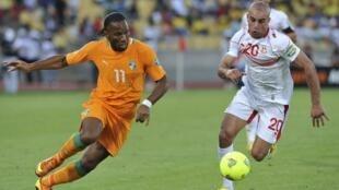 Côte d'Ivoire's Didier Drogba (L) challenges Tunisia's Aymen Abdennour