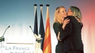 Marion Marechal-Le Pen recebe um beijo da tia, Marine Le Pen (à direita).