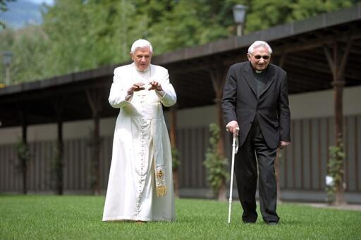 O ex-papa Bento 16 com seu irmão, o bispo Georg Ratzinger, que liderou o coro infantil Regensburg, onde várias crianças foram abusadas.