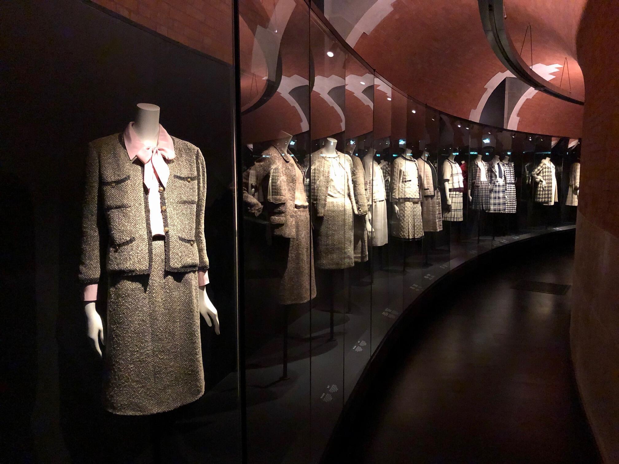 Vue de la première rétrospective parisienne sur l'œuvre de Gabrielle Chanel au Palais Galliera, « Manifeste de Mode ».