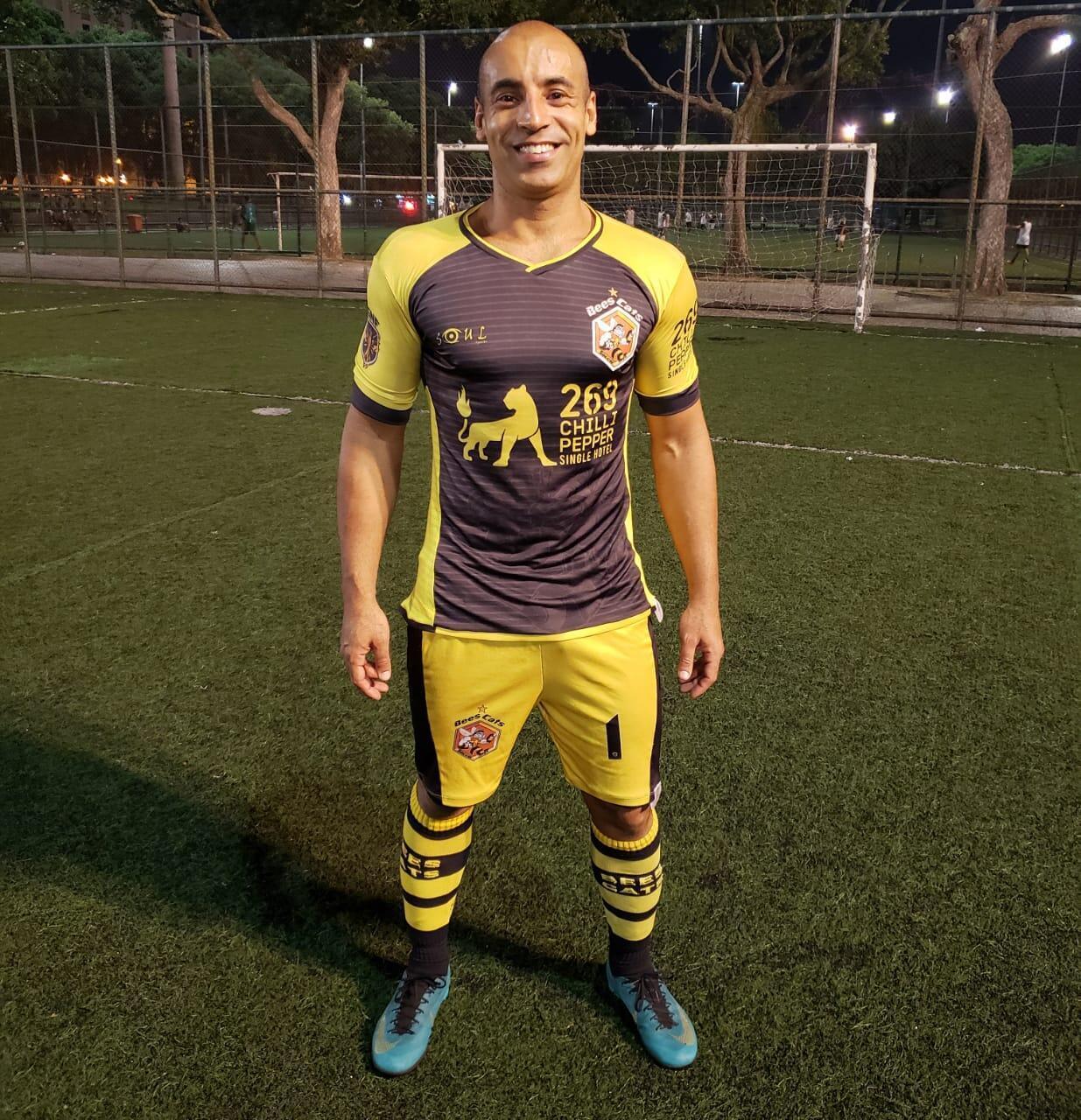 O paulista André com o uniforme do Beescats