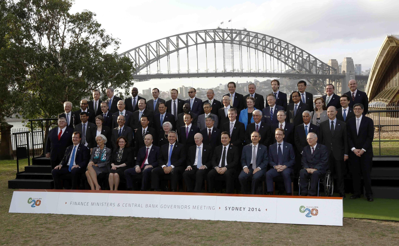 Os diretores de bancos centrais e ministros da Economia reunidos para a cúpula do G20 posaram neste sábado (22) para uma foto diante da ponte do porto de Sidney.