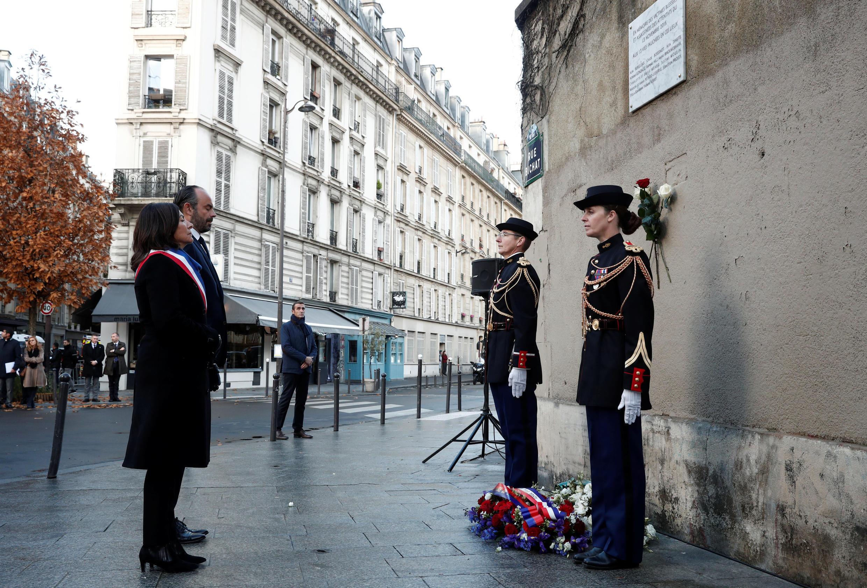 Edouard Philippe, primeiro ministro da França e Anne Hidalgo presidente da câmara de Paris, prestam homenagem a vítimas do 13 de novembro de 2015