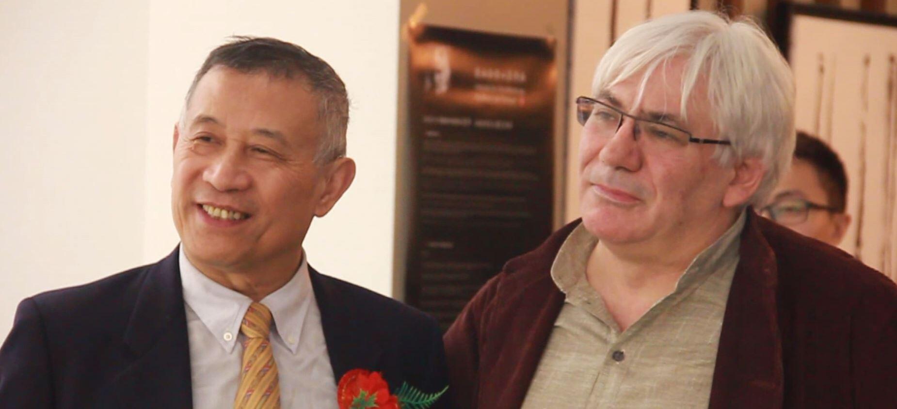 孙信一(左)与西莫尼尼在巴黎为其共同画展揭幕