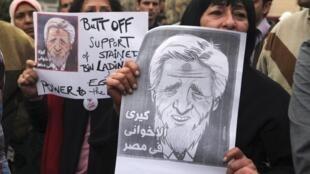 Митингующие в Каире протестуют против поддержки, оказываемой США правительству Мурси