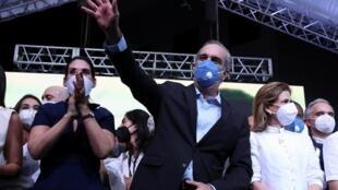 Luis Abinader entouré de sa femme et de sa colistière pour la vice-présidence Raquel Pena, après l'annonce des résultats, le 5 juillet 2020.