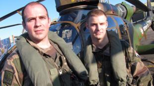 A bord de machines déjà anciennes, les équipages de «Gazelle» ont effectué une bonne  partie des missions d'attaque en Libye. Ici, deux pilotes du 5eme RHC.