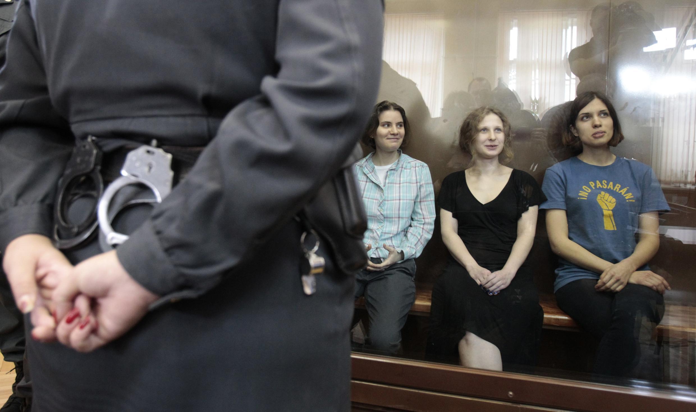 As cantoras do grupo Pussy Riot no tribunal de Moscou, nesta sexta-feira 17 de agosto.