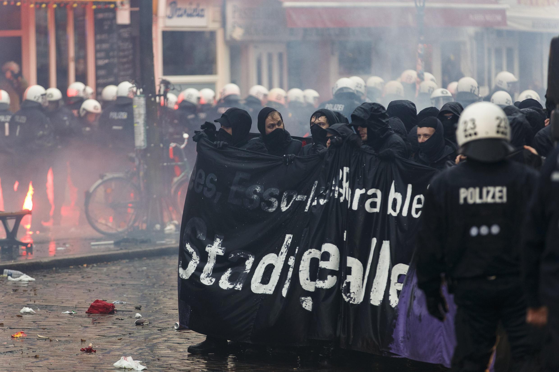 Des militants d'extrême gauche devant le centre culturel Rote Flora, le 21 décembre 2013.