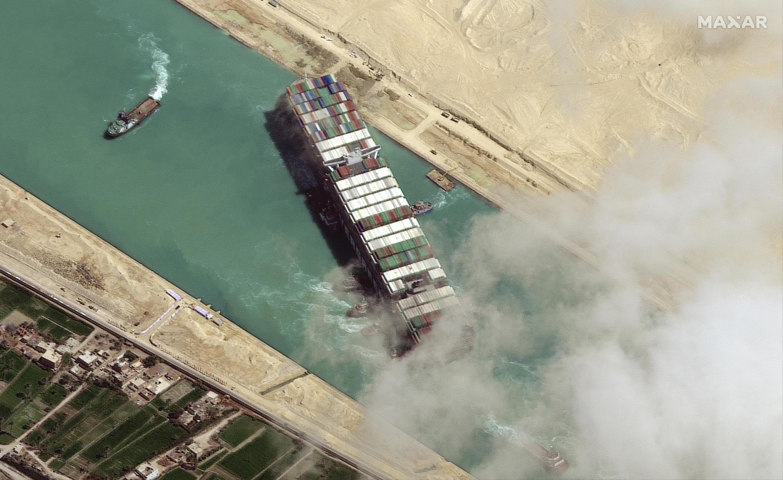 Image RFI Archive - Canal de Suez: le procès de l'Ever Given reprend, le sort du navire toujours en suspens. Ici, le procès du Ever Given, le porte-conteneurs géant qui avait bloqué le Canal de Suez pour une semaine en mars reprend ce dimanche à Ismaïlia. Le tribunal économique doit statuer sur la saisie conservatoire du navire jusqu'à paiement des 550 millions de dollars de dommages et intérêts réclamés par l'Autorité du canal de Suez.