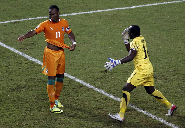 Didier Drogba rate encore un penalty. Le gardien de but zambien, Kennedy Mweene exulte.