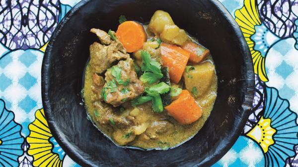Thiou Cari : curry d'agneau. Recette extraite de «Les Mamas cuisinent le monde by Meet My Mama», textes d'Anaïs Delon, recette de Bator.