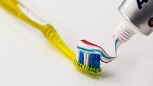 Se laver les dents permet d'avoir une bonne hygiène dentaire.