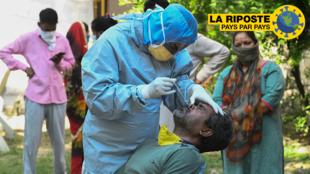 Un médecin effectue un test de dépistage du Covid-19 durant le confinement en Inde, à Amritsar, le 23 avril 2020.