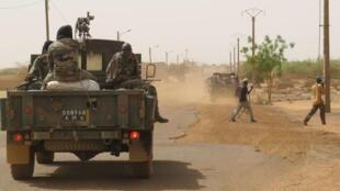 Un véhicule de l'armée malienne dans les rues de Gao, dans le nord du Mali.
