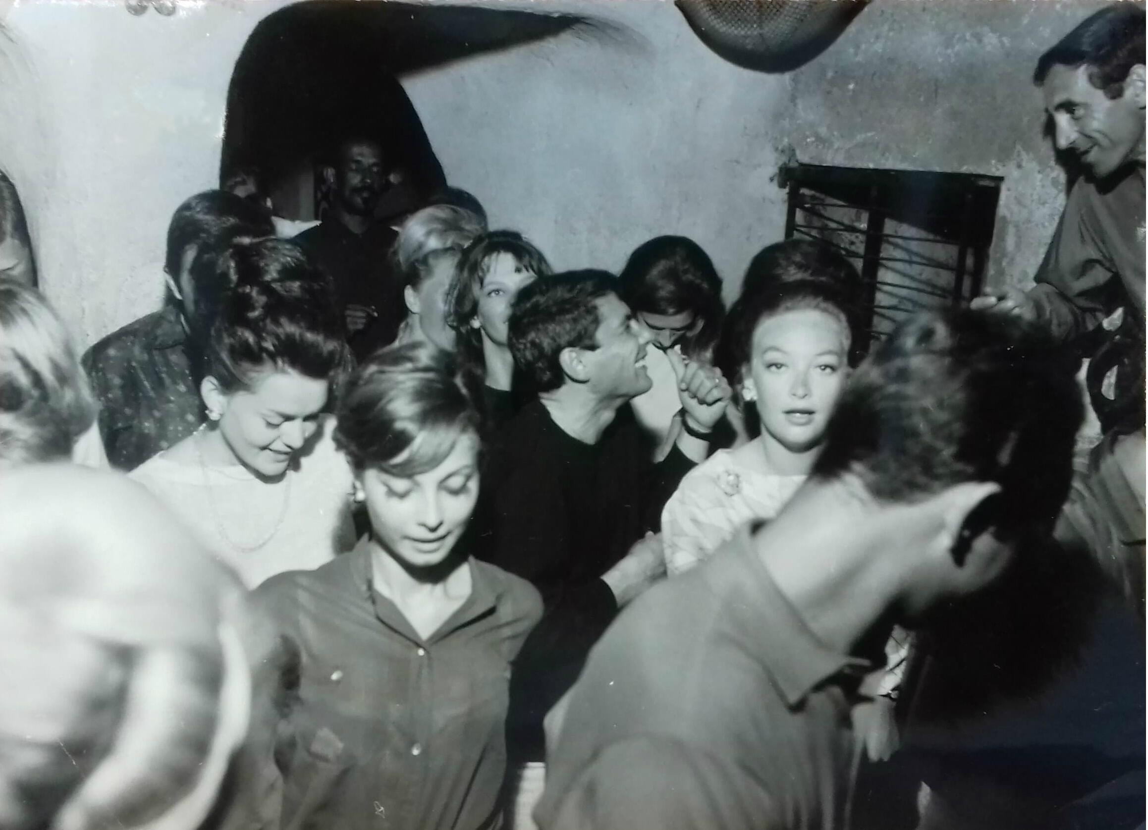 Шарль Азнавур (в верхнем правом углу) и Клод Массиа (в центре) на вечеринке в Сен-Тропе, 1958 год.