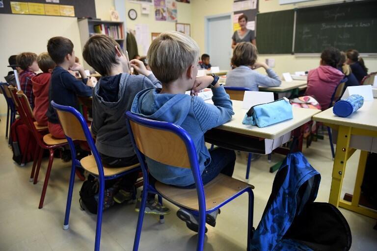 Mais de 12 milhões de alunos voltam às salas de aula nesta segunda-feira na França.