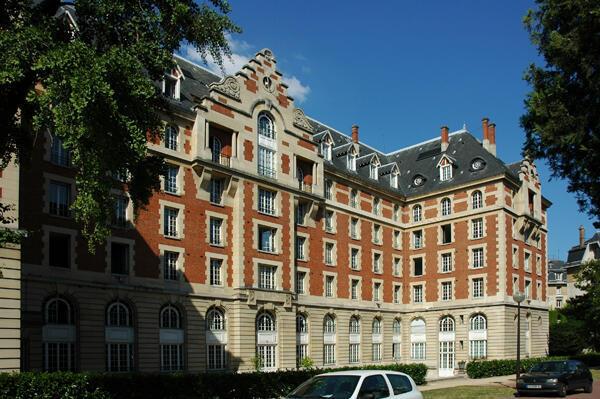 La Ciudad Universitaria de París está integrada por 40 casas estudiantiles de diferentes paises, con más de 10.000 estudiantes, investigadores y artistas  de 140 nacionalidades.