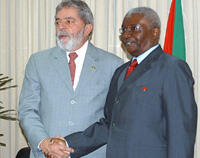 O presidente brasileiro cessante Lula da Silva (esquerda) e o seu homólogo moçambicano Armando Guebuza, em Maputo, a 16 de Outubro de 2008