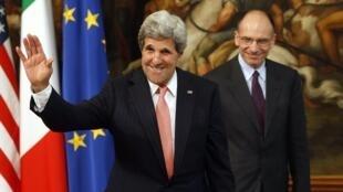 Le secrétaire d'Etat américain John Kerry (premier plan) avec le Premier ministre italien Enrico Letta, à Rome, le 9 mai 2013.
