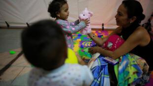 Một gia đình Venezuela chạy tị nạn tại trung tâm đón tiếp ở biên giới Peru, ngày 24/08/2018.
