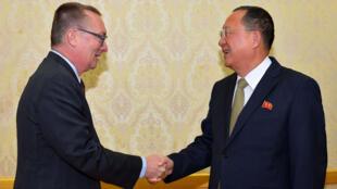 Le diplomate de l'ONU Jeffrey Feltman (G) et le ministre nord-coréen des Affaires étrangères Ri Yonh-ho (D) à Pyongyang, le 7 décembre 2017.