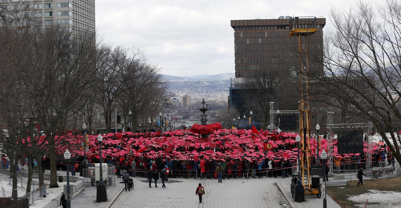 A Québec, les manifestants critiquent la politique environnementale de leur gouvernement en formant un thermomètre géant.