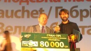 """Габриэль Гоше (справа) с призом 43-го международного фестиваля """"Молодость"""" в Киеве"""