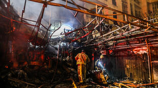 Los socorristas buscan supervivientes en el lugar de una explosión ocurrida en el centro de salud de Sina At'har, en el norte de Teherán, el 30 de junio de 2020