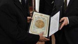 Le petit-neveu du Dr Mohamed Helmy, Nasser Kotby (g) reçoit la distinction «Juste parmi les nations» remise à titre posthume à son oncle par l'ambassadeur israélien en Allemagne, Jeremy Issacharoff  (d), lors d'une cérémonie à Berlin, le 26 octobre 2017.
