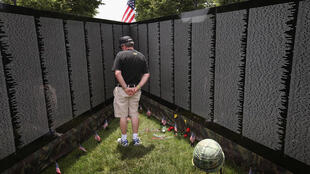 John O'Connor, một cựu chiến binh Mỹ tại Việt Nam năm 1967-1968, đang đọc danh sách trên màn hình Moving Wall, sau lễ khai trương Welcome Home 2011, tại Navy Pier, vào ngày 17/06/2011.