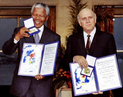 Nelson Mandela et l'ex-président sud-africain Frederik de Klerk  reçoivent conjointement le prix Nobel de la paix, le 10 décembre 1993 à Oslo.
