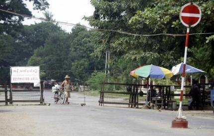 Một chốt kiểm tra an ninh ở gần nhà giải Nobel Hòa bình Aung San Suu Kyi, hiện đang bị quản thúc tại gia. Ảnh chụp ngày 12/11/2010.