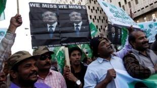 Những người ủng hộ cựu Tổng thống Pakistan Pervez Musharraf, biểu tình trước trụ sở đảng APML, ở Karachi, 16/02/201,2014.