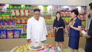 Lãnh đạo Bắc Triều Tiên, Kim Jong Un cùng phu nhân Ri Sol Ju thị sát công ty chế biến thực phẩm Songdowon, ngày 25/07/2018.