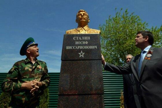 Памятник Сталину в городе Светлоград Ставропольского края, 8 мая 2015.
