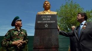 Открытие памятника Сталину в городе Светлоград Ставропольского края, 8 мая 2015.