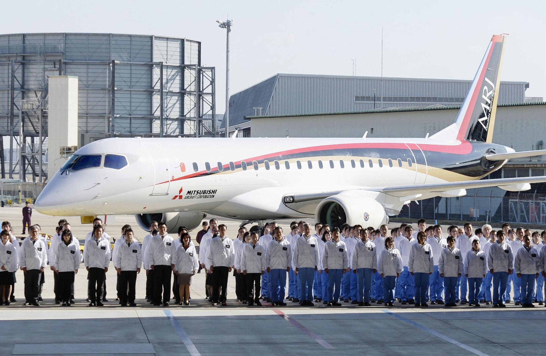 Chiếc MRJ (Mitsubishi Regional Jet ) - máy bay dân sự đầu tiên Nhật chế tạo, vừa được cho ra mắt  ở  Nagoya, ngày 18/10/2014.