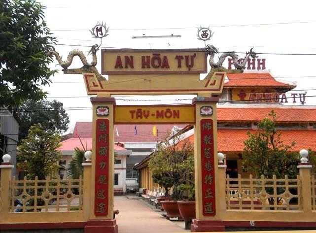Cổng vào ngôi chùa Phật giáo Hòa Hảo An Hòa Tự ở An Giang.
