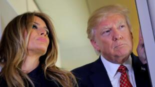 O presidente americano Donald Trump e sua esposa, Melania Trump, a bordo do Air Force One, em 10 de fevereiro de 2017.