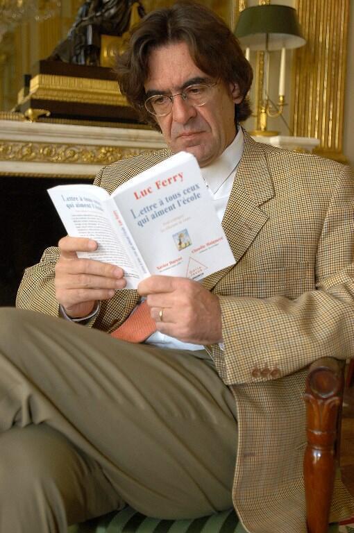 """لوک فری زمانی که وزیر آموزش بود کتابی با عنوان """"نامه به همه کسانی که مدرسه را دوست دارند"""" منتشر کرد"""