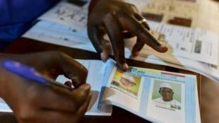 Un homme prépare un bulletin de vote dans un bureau de Bamako pour le 2e tour de la présidentielle au Mali, le 12 août 2018 (illustration).