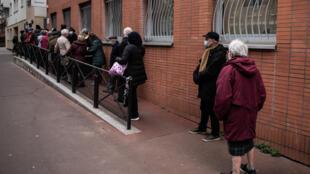 França começou a vacinar as pessoas de mais de 75 anos com patologias severas