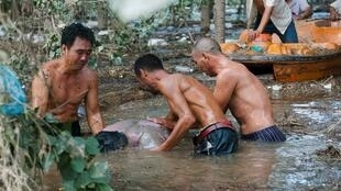 村民伤心地捞出王建生的场景7月23日在北京房山区